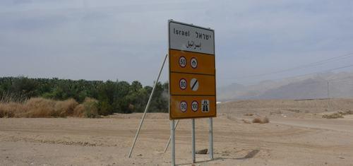 Links van het bord Israël, rechts Jordanië. Zoek de verschillen